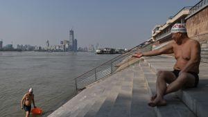 Människor som badar i  Yangtze vid Wuhan 16.4.2020