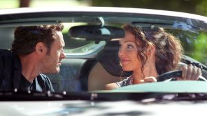 Elokuvan hahmot (näyttelijät Jason O'Mara ja Katherine Heigl) istuvat avoautossa ja katsovat toisiaan, Katherine Heigl ajaa.