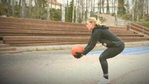 Linda Sällström kastar medicinboll mot trävägg