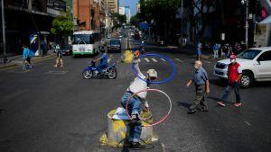 En man uppträder på en gata i Caracas, Venezuela 17.4.2020i