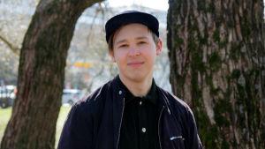 Jakob Norrgård mellan träd 22.4.,2020 i park på Drumsö.