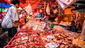 Marknaden Khlong Toei i Bangkok 14.4.2020