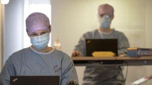 Sairaanhoitaja Mia ja lääkäri odottavat potilaita Malmin korona-asemalla.