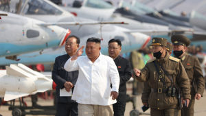 Nordkorea hävdar att denna bild är från den 12 april då Kim Jong-Un inspekterade en flygbas.