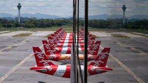 En rad fklygplan som står parkerade på flygplatsen i Kuala Lumpur