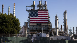 En väldig amerikansk flagg pryder en vägg vid oljeraffnaderiet Marathon i Los Angeles