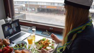 Aliisa Wahlsten virtuaalipiknikillä vapunpäivänä 2020.