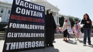 Vaccinationsmotsåndare deltog i protesterna i Sacramento på fredagen.