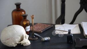 En bild på gammal läkarutrutning på ett bord.