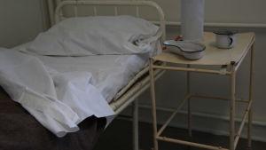 En obäddad sjukhussäng.