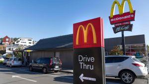 Kunder köar till en McDonalds-Drive in-restaurang under den första dagen efter att Nya Zeeland lättar på sina stränga restriktioner som varit kraft i fem veckor. Wellington 28.4.2020