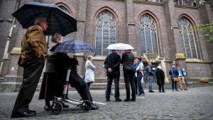 Redan den första maj köade människor till S:ta Marias basilika i Kevelaer, en viktig katolsk pilgrimsort nära gränsen mot Nederländerna. Bara 150 människor tilläts komma in i kyrkan.
