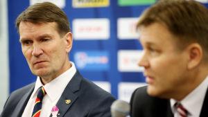 Erkka Westerlund och Raimo Summanen på en presskonferens.