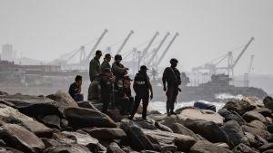Venezuelanska soldater på en vågbrytare i La Guaira