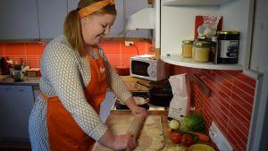 Ruoka-asiantuntija Janita Kylänpää leipoo.