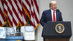 På presskonferensen i rosenträdgården hade man ställt fram ett bord med testutrustning intill president Trump.