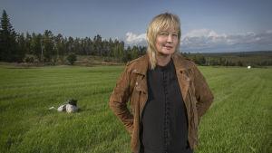 Karin Smirnoff på en äng