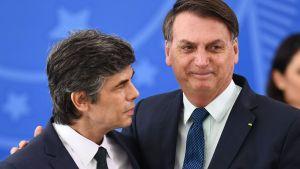 President Jair Bolsonaro omfamnar den nyutnämnda hälsoministern Nelson Teich 17.4.2020