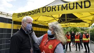 I Dortmund mäts febern före matchen på en person i tv-teamet.