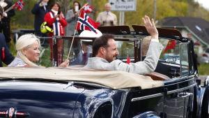 Kronprinsessan Mette-Marit och kronprinsen Haakon åkte i en öppen bil genom OSlo 17.5.2020