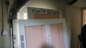 """Gamla träskivor med inskriptionen """"Music Box 24-track recording"""" förvaras i källare."""