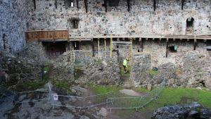 slottsgård där renovering pågår