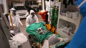 En coronaviruspatient förs in i en ambulans i Sao Paul i Brasilien.