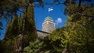 Finlands flagga vajar på Gullranda slott i Nådendal.