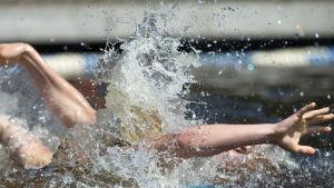 Vesi roiskuu rantavesipallopelissä SM-viikolla Kuusijärvellä