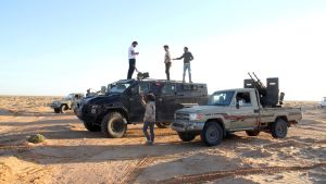 Soldater står på taket av militärfordon