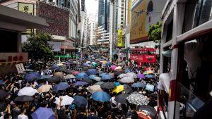 Demonstranter samlas på en gata