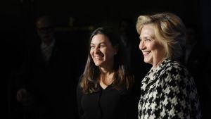 Nanette Burstein och Hillary Clinton på väg till filmens Europapremiär.