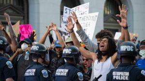 Protesterna fortsatte också i närheten av Vita huset i Washington och i ett skede använde polisen både pepparspray och distraktionsgranater för att skingra demonstranterna.