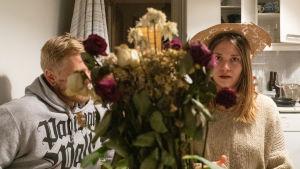 Esa Vainio ja Ilona Raivio viettävät iltaa tekemällä nopeita piirustusharjoituksia.