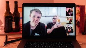 Perjantai-illan huumaa. Käynnissä ovat etäbileet Zoom-videopalvelussa. Etualla kuvassa Tomi Strömberg ja Anni Saastamoinen.