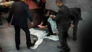 En burk med stinkande gödsel slängdes in i Hongkongs parlament 4.6.2020