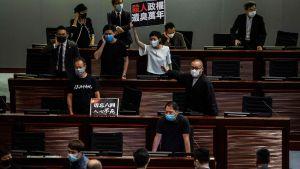 Prodemokratisk demonstration i Hongkongs parlament då nationsalsångslag debatteras 4.6.2020