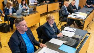 Jari Aarnio ja asianajaja Riitta Leppiniemi oikeudessa. Taustalla myös Keijo Vilhunen ja asianajaja Markku Fredman.