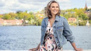 Programledaren Sanna Nielsen leder Allsång på Skansen för femte året i rad