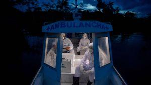 Hälsovårdare från staden Melgaco på ambulansbåt i närheten av ön  Marajo i Brasilien 9.6.2020