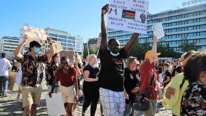 Yleisöä Black lives Matter -mielenilmauksessa Vaasassa