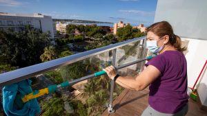 Här rengörs balkongen till ett hotellrum i Palma de Mallorca - en plats som öppnas för tyska turiset  den 15 juni - ett test inför ett mer omfattande öppnande av gränserna för turister i Spanien. 10.6.2020