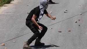 Palestinier kastar sten i protest mot Israels annekteringsplaner. Byn Kofr Qadom  12.6.2020