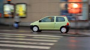En ljusgrön bil kör längs Mannerheimgatan.