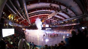 Välfyllt i Tavastehus ishall inför ligafinalen 2019 mellan HPK och Kärpät.