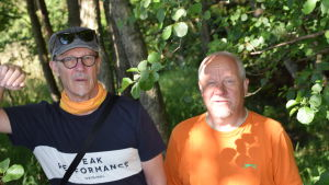 Uffe Enberg och Sixten Lundberg står i buskaget.