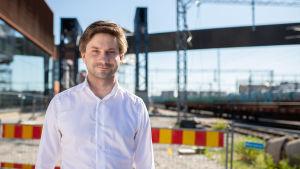 Lauri Kattelus framför byggarbetet vid Logomo.