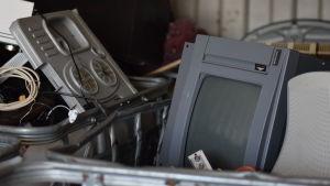 En gammal tv som ligger i avfallssorteringen.