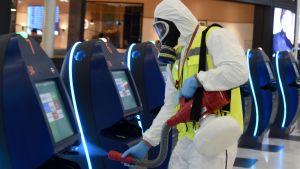 Desinfektion av flyplatsen Paris-Orly som öppnades 26.6.2020 efter tre månaders nedstängning på grund av coronapandemin