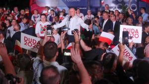 Istuva presidentti Andrzej Duda on luvannut tukea puolueensa sosiaaliohjelmia ja puolustaa perinteisiä perhearvoja. Duda osallistui vaalitilaisuuteen Strzelcessä 28. kesäkuuta 2020.